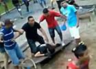 Jovens agridem guarda durante 'rolezinho' em Guarulhos, SP (Reprodução/TV Globo)