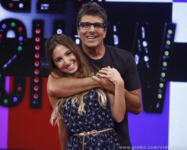 Evandro Mesquita é surpreendido pela filha Manuela no palco do Vídeo Show (Foto: Inácio Moraes/ TV Globo)