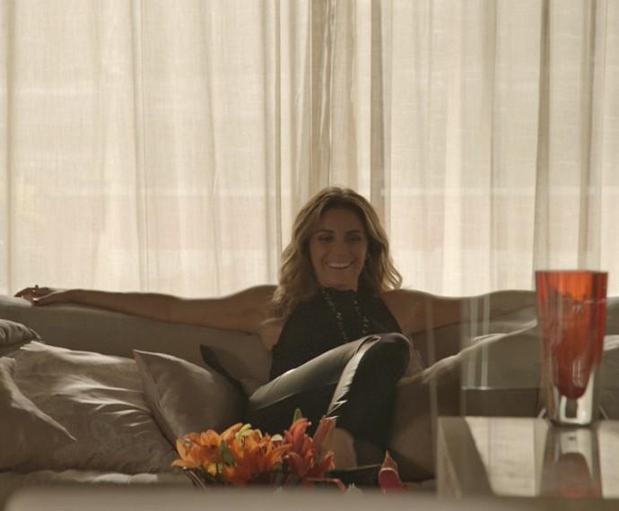 Atena se instala na casa de amiga depois que ela viaja (Foto: TV Globo)