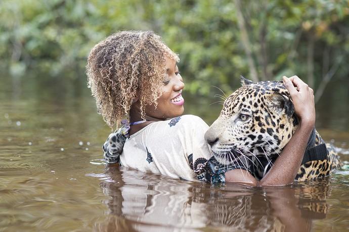 Apaixonada por animais selvagens, Jaque não sentiu medo do contato com a onça (Foto: Michell Melo)