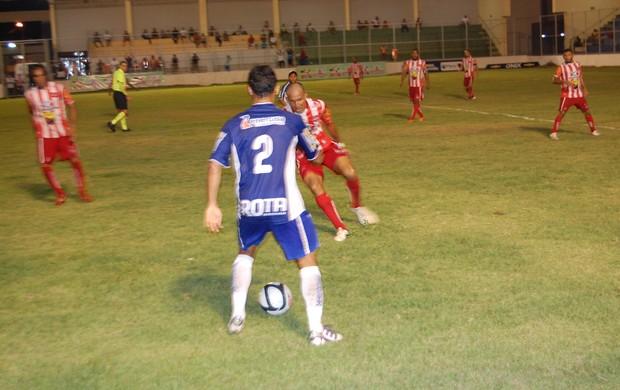 Jogadores do Auto Esporte marcam lateral Gustavo (Foto: Richardson Gray / Globoesporte.com/pb)