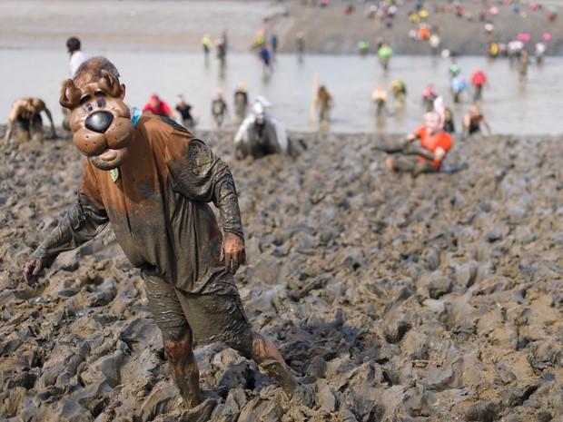 Fantasiado de Scooby-Doo, competidor participa da anual corrida na lama em Maldon, no Reino Unido, neste domingo (5) (Foto: Leon Neal/AFP)