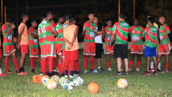 Real-RR treina no sofrível campo do Rei Pelé pela parte da noite; time busca entrosamento (Foto: imagem/Tércio Neto)