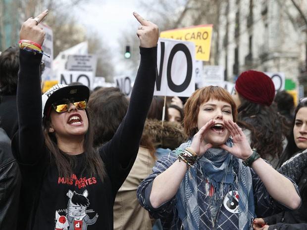 Estudantes protestam contra política do governo da Espanha para a educação (Foto: Andreas Comas/Reuters)