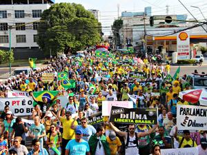 Manifestantes percorreram a avenida Joaquim Nabuco, em Manuas (Foto: Sérgio Rodrigues/ G1 AM)