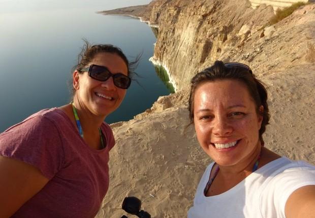 Fernanda Moura e Taciana Mello no Mar Negro (Foto: THE GIRLS ON THE ROAD)