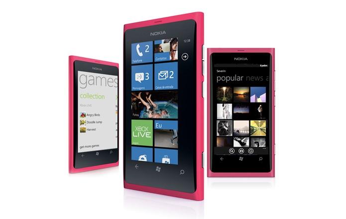 Lumia 800 e outros aparelhos com Windows Phone 7 ainda têm bom desempenho, mas sistema é obsoleto (Foto: Divulgação/Nokia)