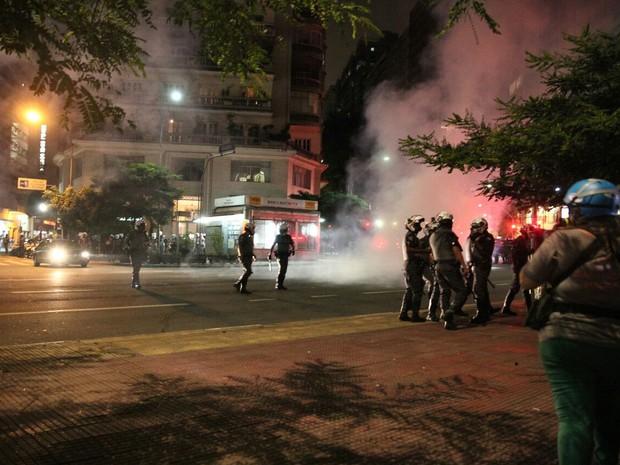 Polícia solta bombas e gás para dispersar manifestação (Foto: Marcelo Brandt/G1)