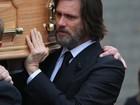 Jim Carrey carrega caixão durante enterro de Cathriona White