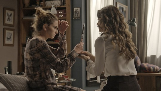 Ivana pede ajuda de Joyce para se maquiar