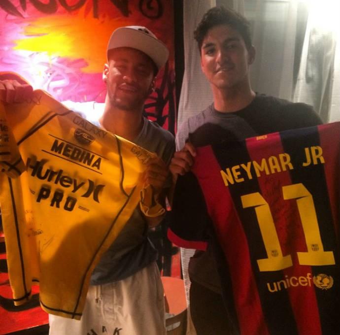 Neymar e Medina trocam camisas  (Foto: Reprodução)