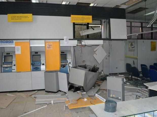 Explosivo destruiu parte da agência bancária em Propriá (Foto: Rômulo Fotógrafo/VC na TV Sergipe)