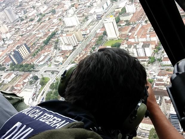 Perito criminal brasileiro Eduardo Palhares em um grupo da Interpol que atuou na identificação de mortos em voo derrubado na Ucrânia (Foto: Arquivo Pessoal)