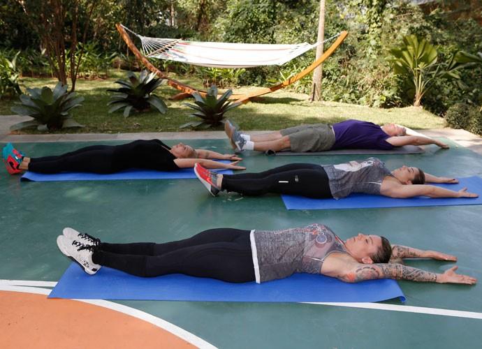 Começa com perna e braço estendido  (Foto: Fábio Rocha/Gshow)