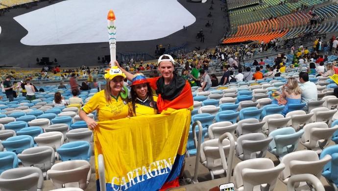 Colombianos animados para a festa de abertura  (Foto: Marcos Guerra)