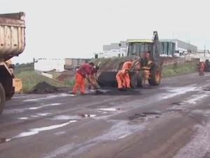 Trabalhadores a serviço do Dnit recapeam a rodovia (Foto: Reprodução/RBS TV)