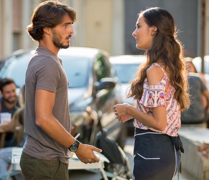 Roger procura Luciana para fazer fofoca sobre Rodrigo (Foto: Fabiano Battaglin/Gshow)