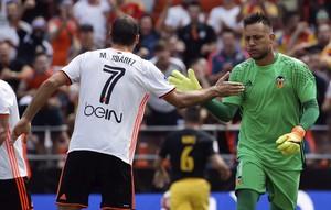 Diego Alves é cumprimentado por Mario Suárez depois de defender pênalti em Valencia x Atlético de Madrid (Foto: EFE/Juan Carlos Cárdenas)