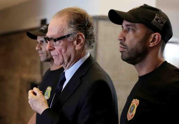 O ex-presidente do Comitê Olímpico da Rio 2016, Carlos Arthur Nuzman, é escoltado por policiais após ser preso em investigação de pagamento de propina (Foto: Bruno Kelly/Reuters)
