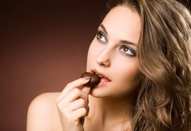 Entre os alimentos que aumentam a quantidade de melanina está o chocolate (Foto: Think Stock)