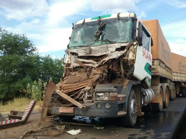 Uma pessoa ficou ferida depois que dois caminhões colidiram na BR-242 (Foto: Blog do Sigi Vilares)