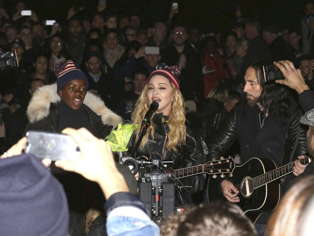 A cantora Madonna durante show surpresa ao ar livre no parque Washington Square, em Nova York, na noite desta segunda-feira (7); o evento foi em apoio a Hillary Clinto, candidata do Partido Democrata na eleição presidencial americana, que acontece nesta terça-feira (8) (Foto: Greg Allen/Invision/AP)