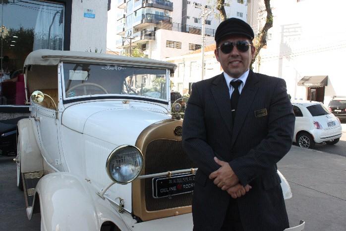 Wallacy Pires é um dos motoristas mais habilitados a dirigir um modelo inglês, em Santos (Foto: Natasha Guerrize/G1)
