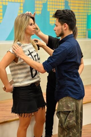 Rafael Chaouiche preparando a apresentadora Daiane Fardin para a estreia do Estúdio C. Ao lado, a maquiadora Isabela Japiassú. (Foto: Priscila Fiedler/RPC) (Foto: Priscila Fiedler/RPC)