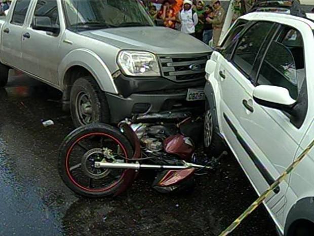Para tentar impedir fuga, sargento jogou o carro para cima da moto dos assaltantes. Belém (Foto: Reprodução/TV Liberal)