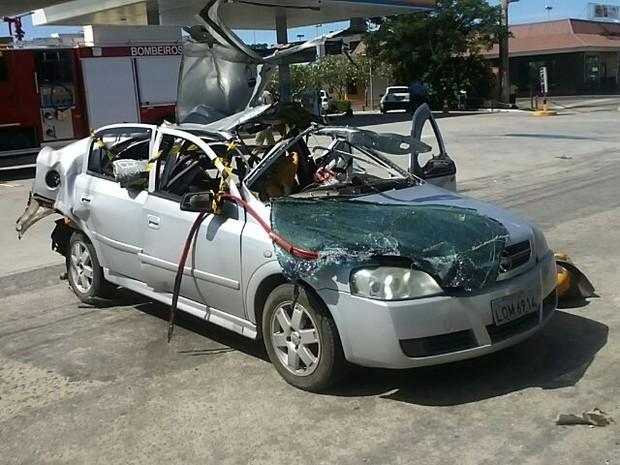 Carro ficou completamente destruído após explosão em posto de combustíveis em São Pedro de Aldeia (Foto: Ramon Bessa)