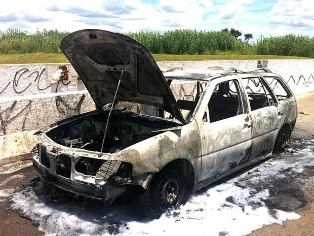Carro pegou fogo na DF-007, no início da tarde desta quarta-feira (13) (Foto: Luciana Amaral/G1)