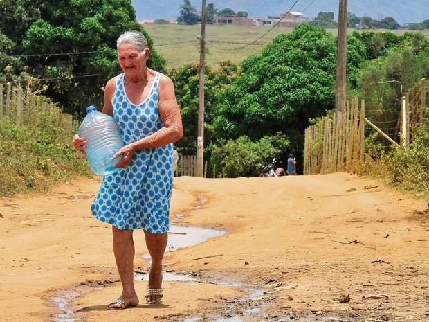 Dona Seli Santos tem que caminhar todos os dias 500 metros para pegar água no Espírito Santo (Foto: Marcelo Prest/ A Gazeta)