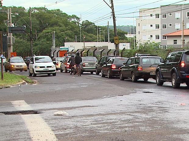 Trânsito intenso toma Avenida Antônia Mugnato Marincek, única via de acesso à região do bairro Ribeirão Verde (Foto: Maurício Glauco/EPTV)