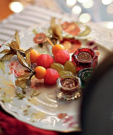 Espetinhos de frutas com calda de essência de rosas
