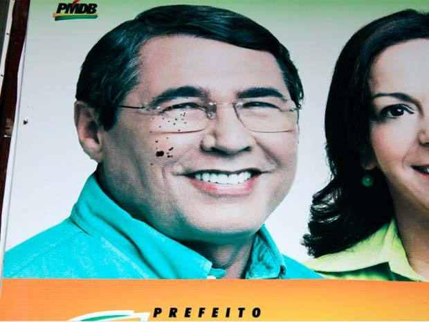 Placa com rosto do candidato Severino Rodrigues foi alvejada por tiros de espingarda (Foto: Francis Paiva e Thathiagns Marcelino/ Cedida )