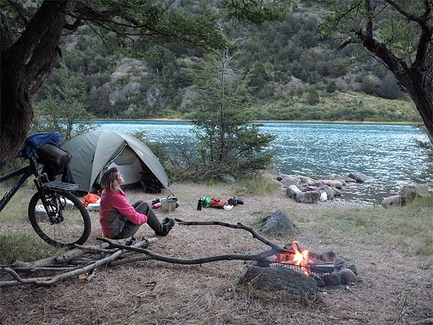 Às margens do Rio Baker, no Chile, foi um dos locais escolhidos pelo casal para descansar um pouco do percurso (Foto: Arquivo pessoal)