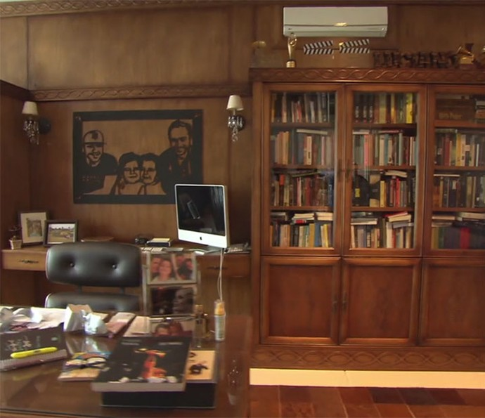 Biblioteca tem decoração clássica em madeira (Foto: Reprodução)