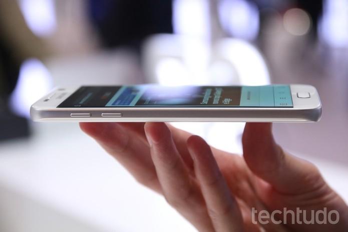 Detalhes da lateral do Galaxy S7 (Foto: Fabricio Vitorino/TechTudo) (Foto: Detalhes da lateral do Galaxy S7 (Foto: Fabricio Vitorino/TechTudo))