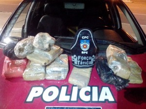 Polícia apreendeu 8 kg de maconha com suspeito. (Foto: Divulgação / PM)