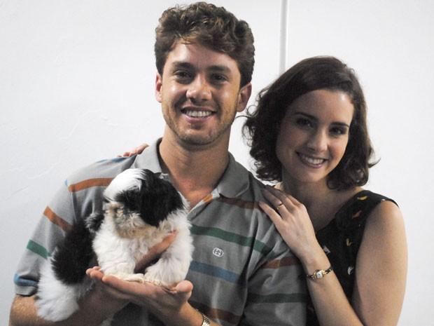 Leo Miggiorin e Elisa Pinheiro, juntos, com o cãozinho Alexandre, de Malhação (Foto: Malhação / TV Globo)