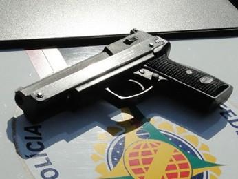 Pistola de brinquedo apreendida pela Polícia Militar foi utilizada em assalto em Santa Maria (Foto: Polícia Militar/Divulgação)