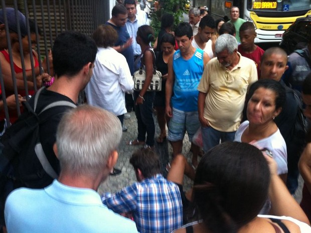 Jovem não conseguiu fugir e foi detido por PMs (Foto: Daniel Silveira/ G1)