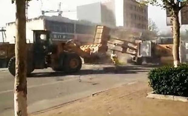 Operários se enfrentam com pá-carregadeiras após briga na China (Foto: Reprodução/YouTube/CCTV News)