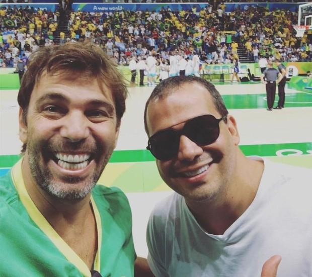 Marcelo Faria com amigo no jogo de basquete entre Brasil e Argentina (Foto: Reprodução/Instagram)