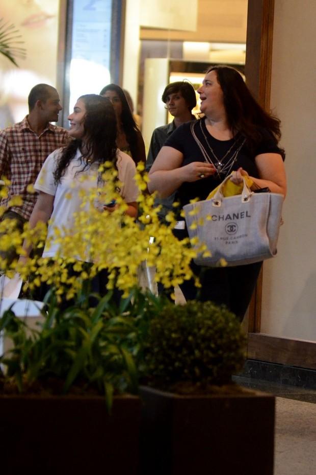 Lívian Aragão no shopping com a mãe (Foto: Henrique Oliveira / AgNews)