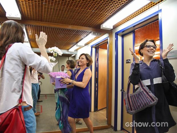A festa continua entre as amigas de 'Em Família' (Foto: Carol Caminha/ TV Globo)