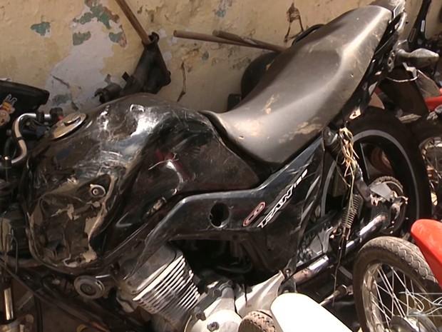 Vítimas fatais estavam dirigindo uma motocicleta que ficou destruída após o acidente em Caxias (Foto: Reprodução/TV Mirante)