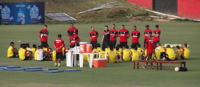 Argel conversa com elenco do Vitória (Foto: GloboEsporte.com)