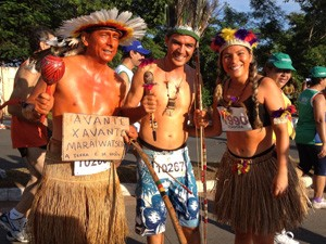 Tio e sobrinhos protestam sobre desocupação de área indígena (Foto: Leandra Ribeiro/Globoesporte)