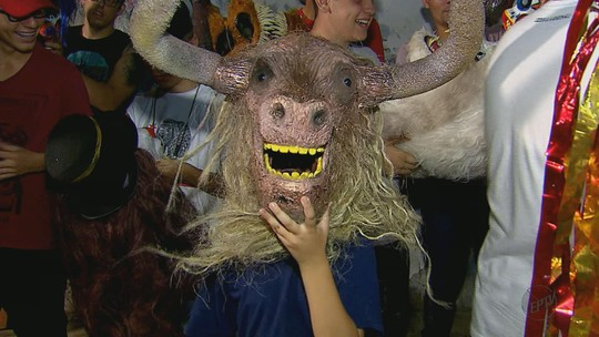 Moradores de Leme, SP, se preparam para o tradicional desfile de máscaras